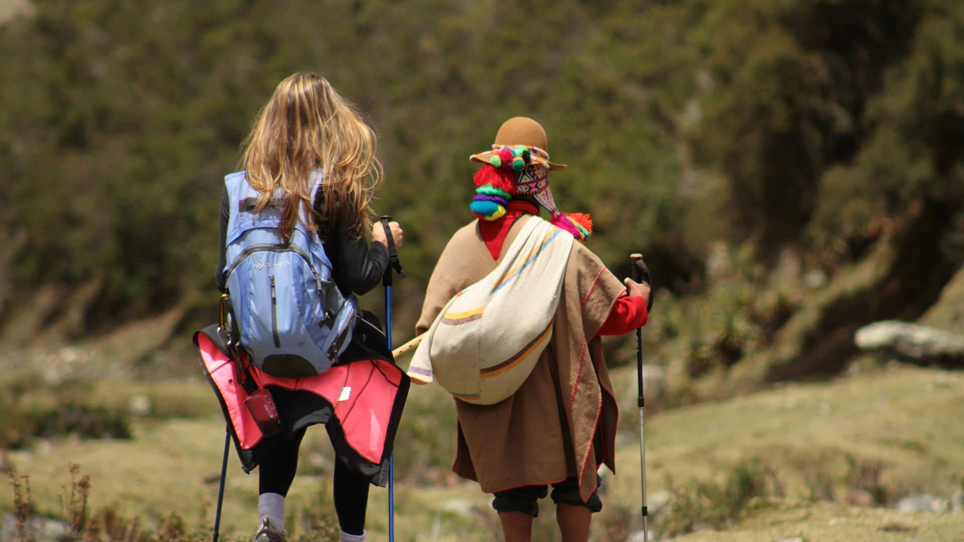 turista-con-paisana-caminando.jpg